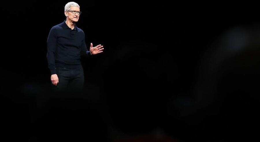 Tim Cook har været topchef for Apple i syv år, hvor han tog over, da Apple-stifter Steve Jobs døde af kræft. Under Tim Cooks ledelse er selskabets værdi steget over 600 milliarder dollar og er nu 1.000 milliarder dollar værd.