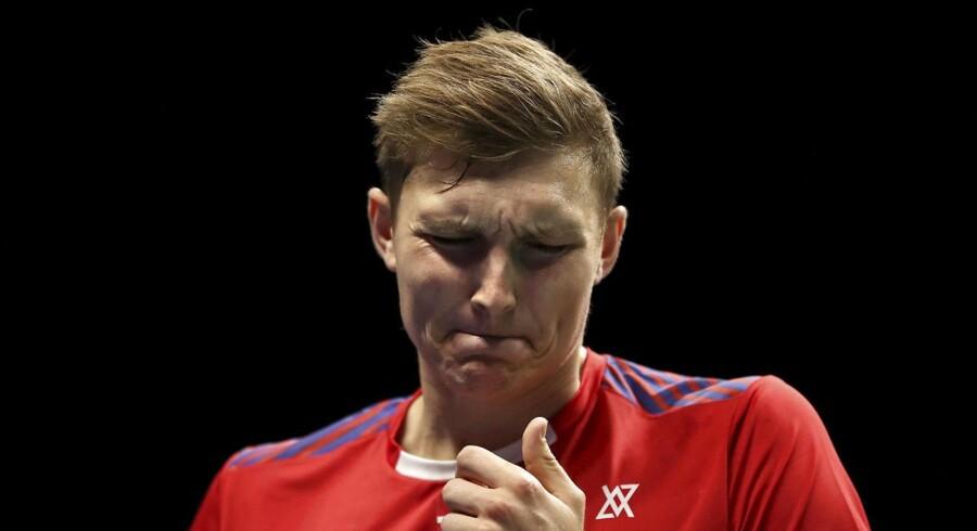 Viktor Axelsen kommer ikke til at genvinde VM-titlen. Han taber sin kvartfinale til Chen Long i to sæt.