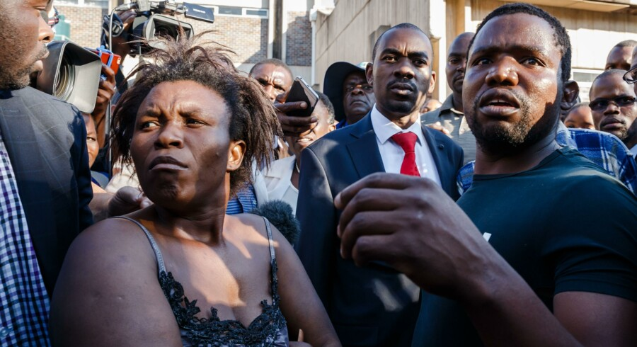 Nelson Chamisa fra partiet Movement for Democratic Change (MDC) besøgte torsdag et hospital i Harare, hvor sårede efter demonstrationer onsdag er indlagt. Jekesai Njikizana/Ritzau Scanpix
