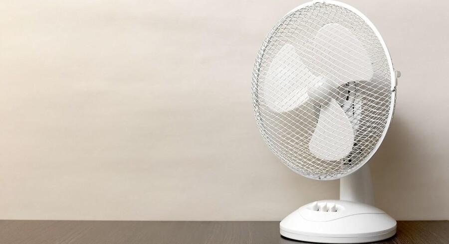 Sommerens høje temperaturer har fået flere butikker til at melde udsolgt af kølende blæsere. Det har resulteret i en voldsomt prisstigning i salget på ventilatorer. En sælger har taget 1500 svenske kroner for en blæser, han har købt for 179.