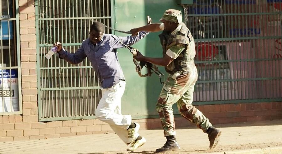 Mindst 14 andre blev ifølge politiet såret under optøjerne, da politi og soldater greb ind mod oppositionens tilhængere. De var gået på gaden for at protestere over, at resultatet af mandagens præsidentvalg endnu ikke var offentliggjort.