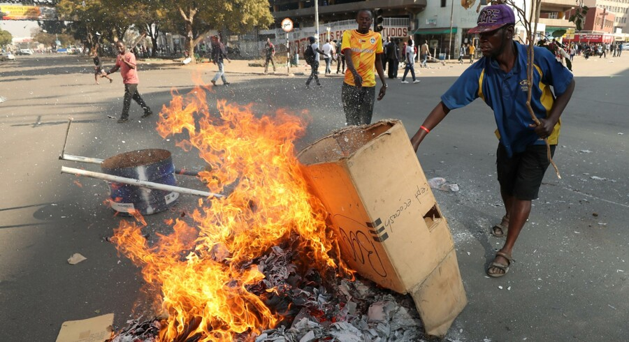 Støttere af oppositionspartiet Movement for Democratic Change (MDC) demonstrerer i Harare efter valget i Zimbabwe. Mike Hutchings/Reuters