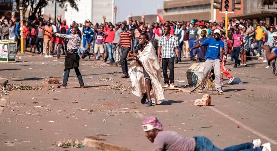 Tilhængere af Zimbabwes oppositionspartiet Bevægelsen for Demokratisk Forandring (MDC) demonstrerer uden for regeringspartiet ZANU-PFs hovedkvarter i Harare. Demonstrationerne førte til sammenstød og blodsudgydelser.