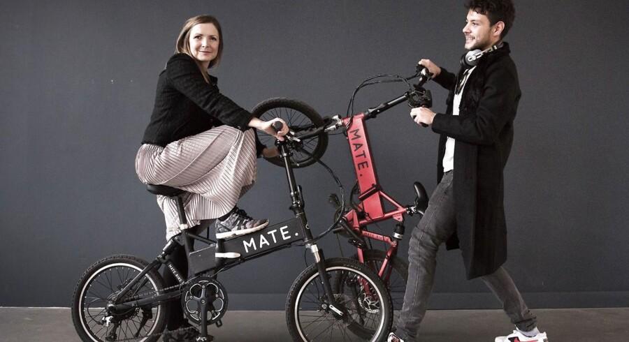 Her ses søskendeparret Christian Adel Michael og Julie Kronstrøm Carton med deres sammenfoldelige elcykel »Mate«. Nu henter de igen millioner til en ny cykel.