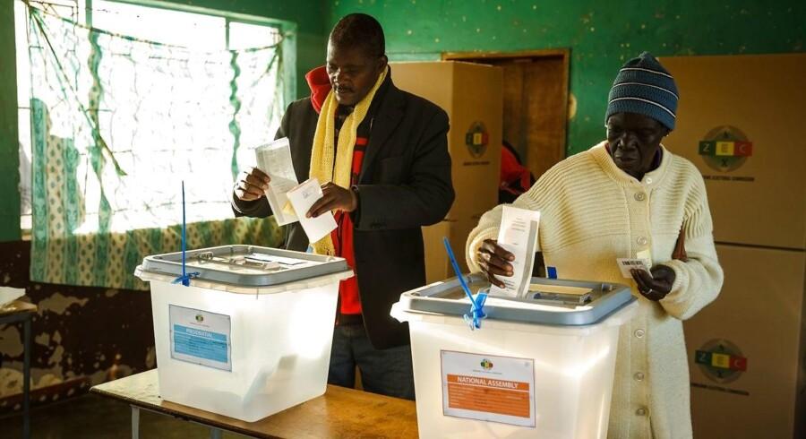Zimbabwerne skal til valg mandag. Her står 75-årige Emmerson Mnangagwa over for den 40-årige Nelson Chamisa.