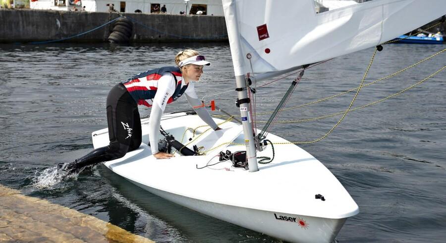 Anne-Marie Rindom på vej ud på vandet med sin Laser Radial sejlbåd.