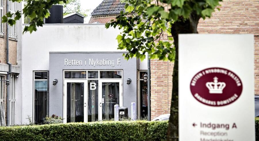 Forklaringen faldt onsdag ved Retten i Nykøbing Falster, hvor manden blev fremstillet i grundlovsforhør for overtrædelse af våbenloven. Et retsmøde, der mundede ud i, at manden blev varetægtsfængslet i foreløbig to uger.