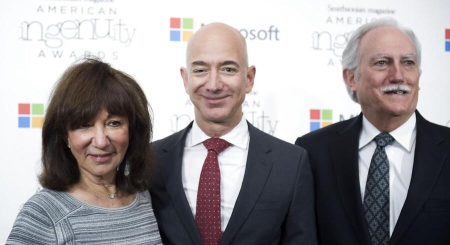 Amazons stifter og CEO Jeff Bezos med forældrene Mike og Jackie på hver sin side.