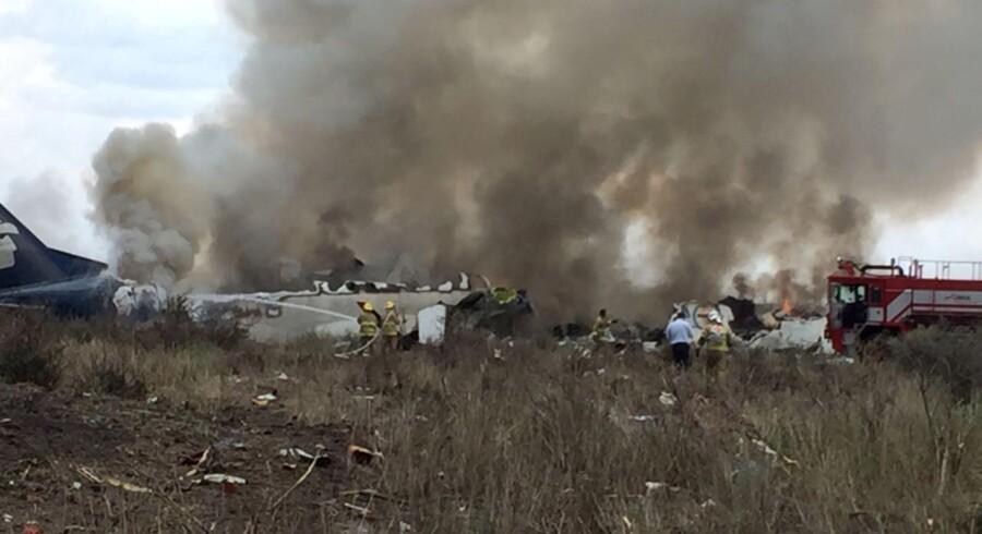 Redingsmandskab arbejder ved det nedstyrtede fly i Mexicos nordlige stat Durango 31. juli 2018.