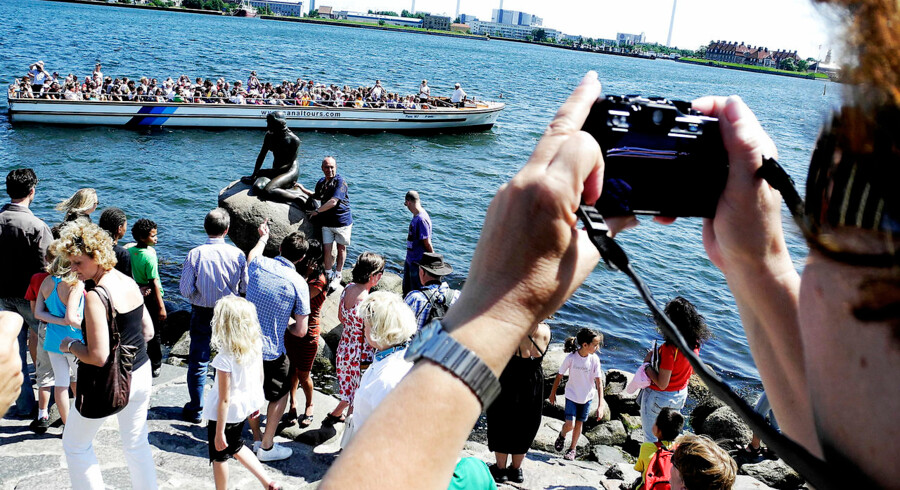 Den lille havfrue har haft masser af tilskuere denne sommer, hvor udenlandske turister er strømmet til Danmark.