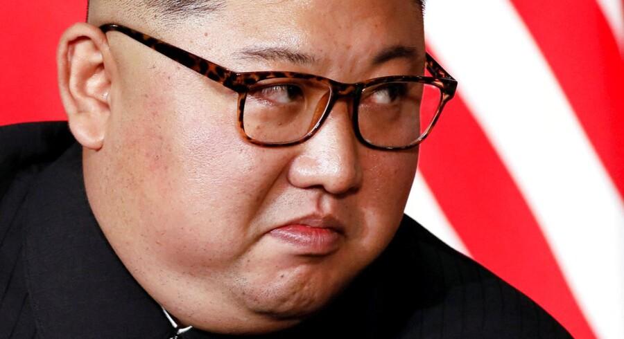 Nordkoreas leder Kim Jong Un lytter til den amerikanske præsident, Donald Trump, under deres topmøde i Singapore 12. juni i år.