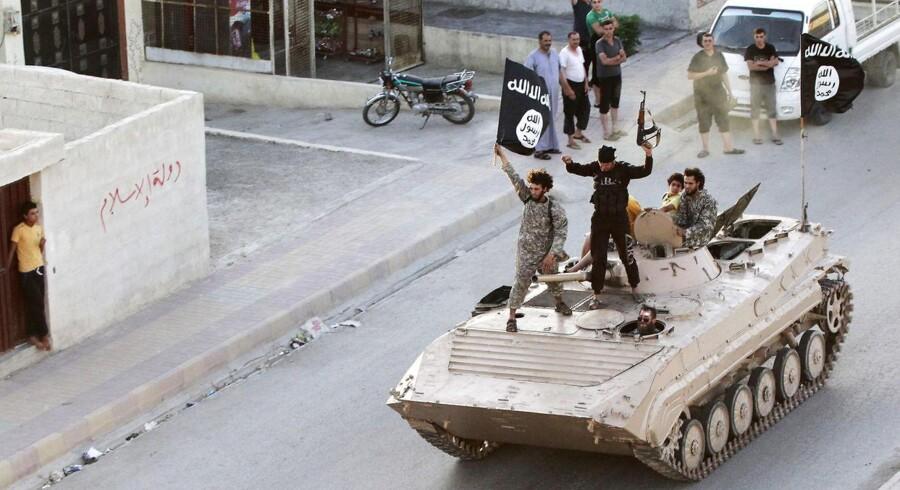 RB PLUS ARKIVFOTO 2014 Militante islamiske krigere med IS-flaget i Raqqa, Syrien- - se RB 6/5 2015 08.24. Den militante bev