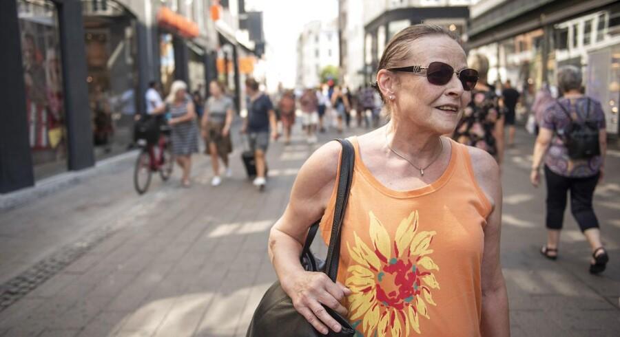 Bente Møller fra Sønderjylland betaler sjældent med kontanter, når hun er på strøgtur. Det har hun ikke gjort i flere år, for kontanter er besværlige, mener hun.