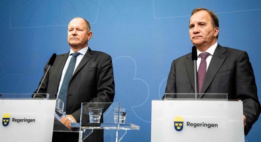 Den svenske statsminister, Stefan Löfven, (th.) siger på et pressemøde, at regeringen øger bevillingerne til det svenske beredskab.