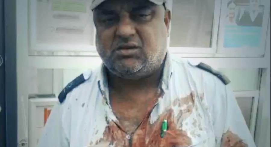 Halvt bevidstløs og med blodet sprøjtende ud af en brækket næse, tænkte buschauffør John Nasir Khan kun på at få standset bussen og passagererne i sikkerhed.