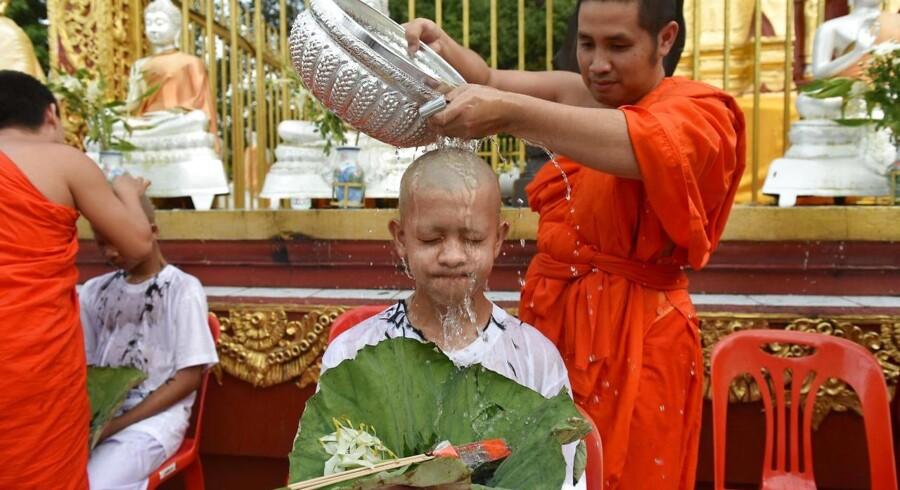 Under en ceremoni er de thailandske fodbolddrenge blevet indviet som nye medlemmer af buddhistiske klostre. / AFP PHOTO / THAI NEWS PIX / Panumas Sanguanwong