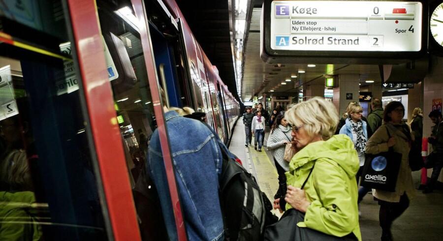En måned efter massive problemer med fejlagtige højttalerbeskeder på togstationer er den gal igen.