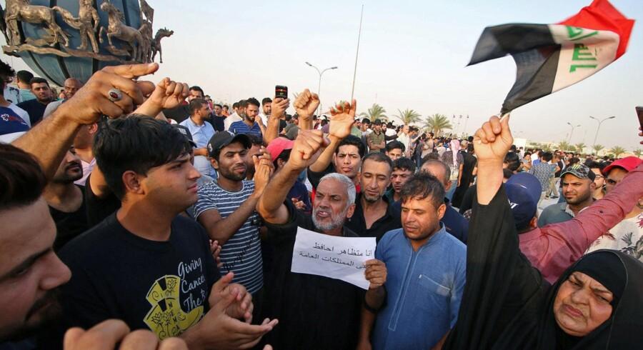 Demonstranter i Basra i det sydlige Irak tidligere i denne måned. Når der ikke er noget internet, så bliver folk slået og dræbt, fordi vi ikke kan lægge det ud, siger en aktivist til Amnesty International. Essam Al-Sudani/Reuters