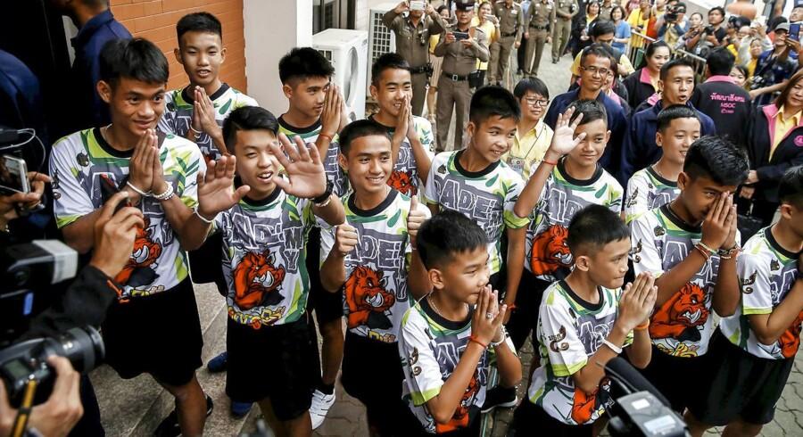 12 drenge og deres træner, der 23. juni gik ind i en stor grotte i Nordthailand, er udskrevet fra hospitalet.