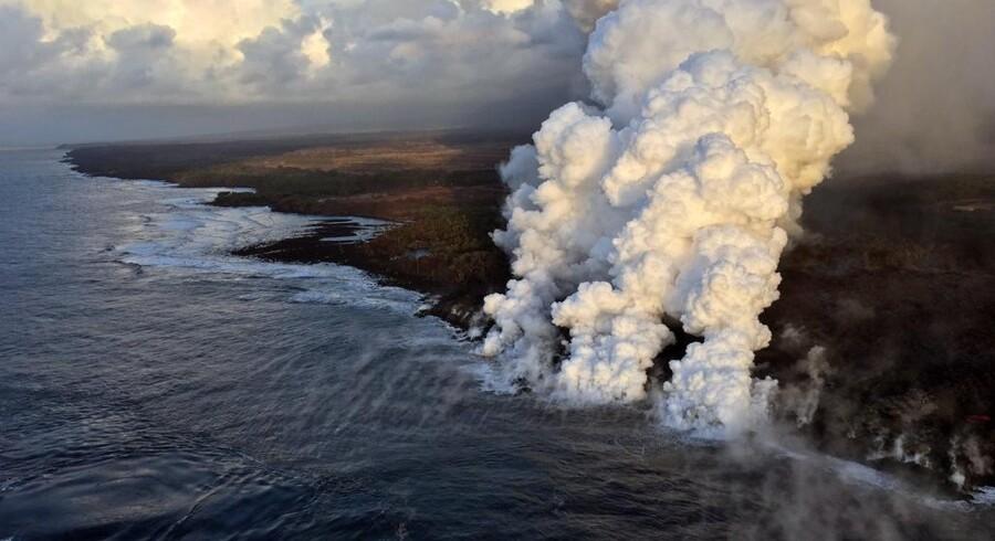 Turistbåden havde først observeret lavaen i vandet fra 450 meters afstand, da kaptajnen besluttede sig for at sejle tættere på. Ho/Ritzau Scanpix