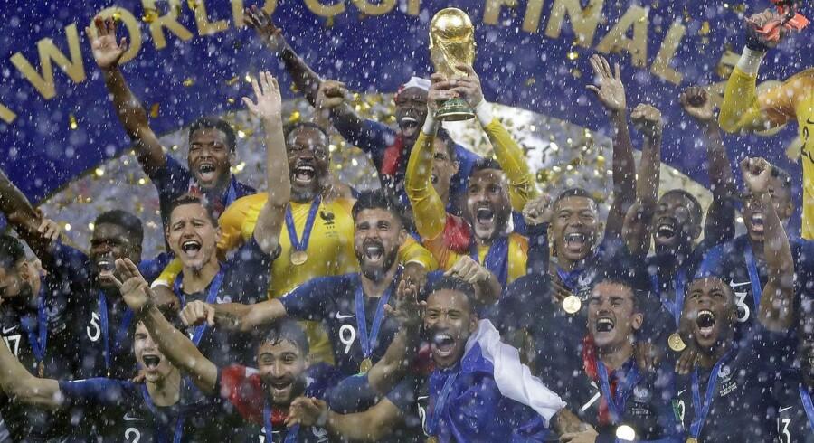 Frankrigs målmand, Hugo Lloris, holder trofæet højt efter VM finalen mellem Frankrig og Kroatien. Frankrig vandt 4-2.