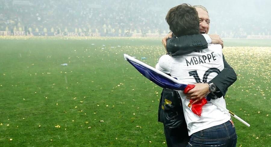 Deschamps jubler med sin søn Dylan efter den franske VM-triumf.