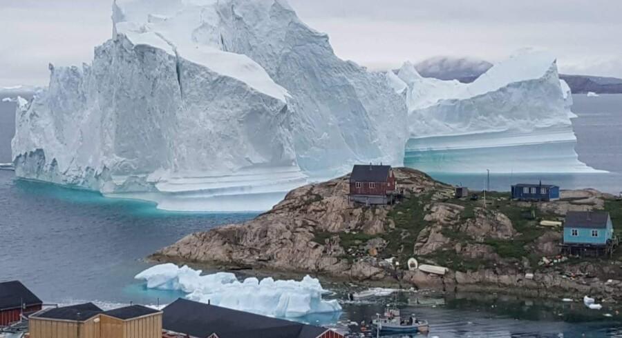 Dele af bygden Innaarsuit er blevet evakueret, efter at et stort isfjeld er grundstødt.
