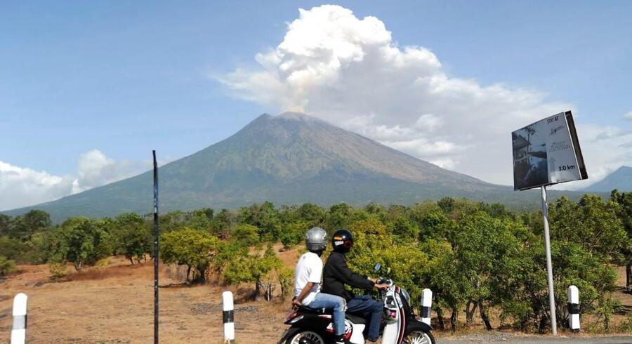 Vulkanen Aung i det nordøstlige Bali har siden slutningen af sidste år i perioder sendt askeskyer op.