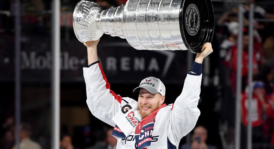 Lars Eller og Washington Capitals vandt natten til fredag Stanley Cup-trofæet. Trofæet skal en tur til Rødovre og vises frem i danskerens tidligere klub. Harry How/Ritzau Scanpix