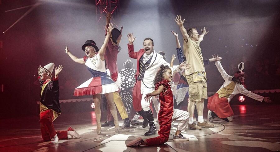 Forestillingen Cirkus Summarum har ti års jubilæum. På scenen optræder Jacob Riising og andre kendte ansigter fra DRs børnekanal Ramasjang.