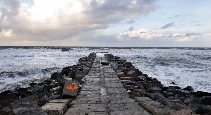 ARKIVFOTO fra 2014: Giftdepotet på 110 tons fra Cheminova ligger stadig begravet ved Høfte 42 syd for Thyborøn. Det blev i sommeren i år dokumenteret at insektgiften parathion siver ud i Vesterhavet på en 14 km. lang strækning. I august måned besluttede Region Midtjylland at affaldet skal blive i sandet indtil 2019. Her ses det forurenede område mandag d. 15. december hvor arbejdere udenfor billedet var igang med at opgradere de vandmålerbrønde, der er flere steder ved giftdepotet .
