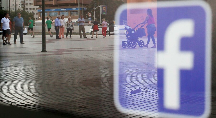 Et Facebook-logo i et butiksvindue i Malaga, Spanien.