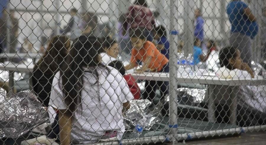Siden maj er 2342 børn blevet adskilt fra deres forældre ved Mexicos grænse, da de sammen med deres forældre har forsøgt at krydse grænsen ulovligt. Det viser de seneste officielle tal.