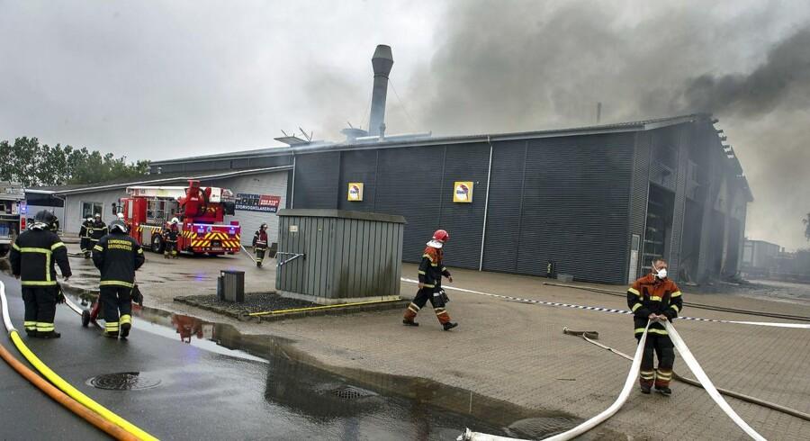 I forbindelse med en brand i et autolakererfirma i Vamdrup opfordrer Sydøstjyllands Politi mandag eftermiddag beboere i vindretningen til at lukke døre og vinduer. En person har fået forbrændt begge sine underarme ved branden hos Carsten Noer Storvognslakering A/S på Østermarksvej 9. (Foto: Søren Gylling/Ritzau Scanpix)