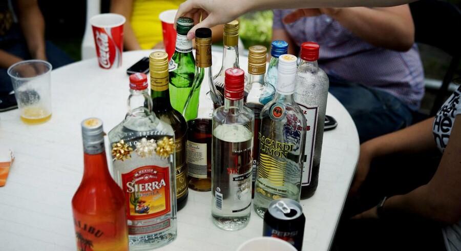 »Når man begynder at drikke og gå i byen, har man ikke lært det før. Nogle kan styre det, og nogle kan ikke. Vi kan se, at de unge, der har en dialog med deres forældre om det, de drikker mindre.«