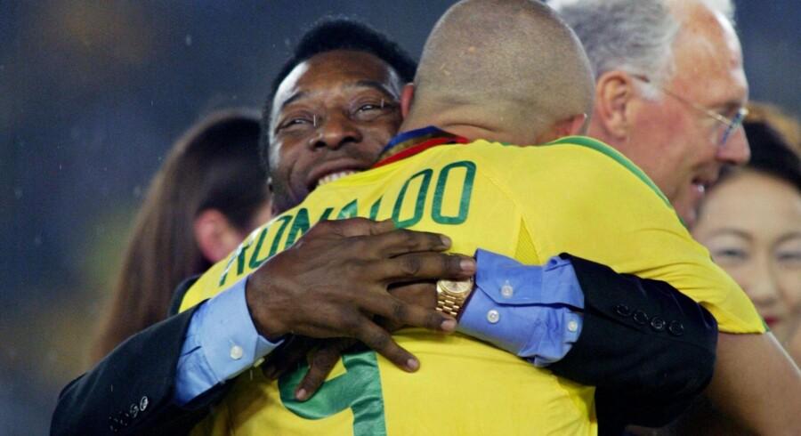 De to brasilianske fodboldlegender Pelé og Ronaldo giver hinanden et knus, efter Brasilien i 2002 vandt VM-finalen over Tyskland med 2-0. Gabriel Bouys/arkiv/Ritzau Scanpix