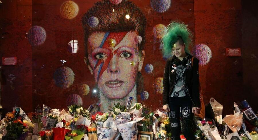 Den australske kunstner James Cochran - Jimmy C i daglig tale - skabte vægmaleriet i Brixton som en hyldest til Davids Bowie eftter dennes død for to år siden. Billedet er taget på etårs-dagen for Bowies død.