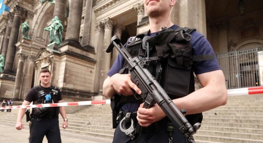 En mand blev skudt af politiet ved Berliner Dom i Tysklands hovedstad. En politibetjent er alvorligt såret.