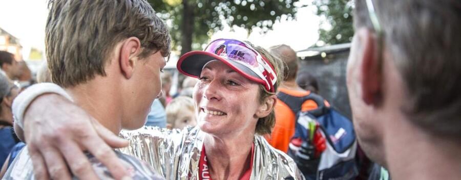 Karina Heinecke blev modtaget af sin familie, da hun kom i mål efter 11 timer, 4 minutter og 9 sekunder. Foto: Nikolaj Linares