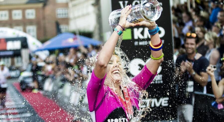 KMD Ironman Copenhagen lakker mod enden. Mere end 3000 deltagere - både elite og motionister fra 55 lande - har været på de 3,8 kilometer svømning, 180 kilometer cykling og de 42,195 kilometer løb. Eliteløberne kæmper om en samlet præmiesum på 300.000 kroner og der er mulighed for at vinde billetter til Ironman på Hawaii.Vinder hos kvinderne: Michelle Vesterby fra Danmark køler sig af.
