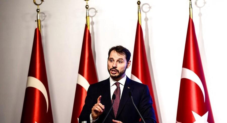 Tyrkiet vil mandag præsentere plan, der skal dæmpe bekymringerne om landets valuta, oplyser finansminister.