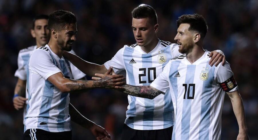 Lionel Messi (til højre) fejrer efter at have scoret i kampen mod Haiti i Buenos Aires.