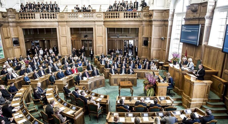 For 100 år siden flyttede politikerne ind på det nuværende og tredje Christiansborg. Tirsdag fejres det.
