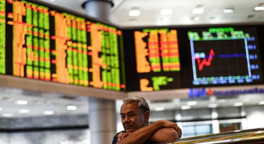 De asiatiske aktiemarkeder ligger blandet mandag, hvor Kinas bestræbelser på at stoppe kapitalflugt og dermed svækkelsen af yuan understøttede den bredere stemning i hele regionen, mens den amerikansk-kinesiske handelskonflikt lægger en dæmper på begejstringen.