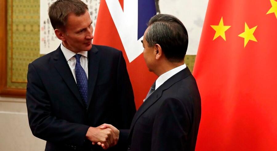 Jeremy Hunt (tv) sammen med kinesiske Wang Yi i Beijing.