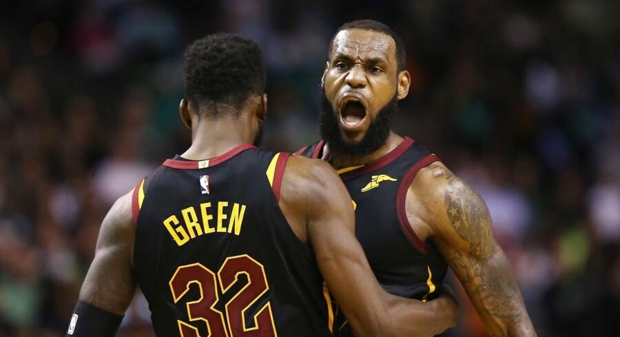 LeBron James og Cleveland Cavaliers slog Boston Celtics på udebane i syvende og afgørende semifinale 87-79.