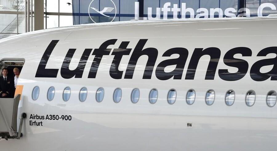Tyske Lufthansa har luft under aktievingerne tirsdag middag. Aktien stiger med 7,1 pct. og ligger dermed i toppen af det brede europæiske Stoxx 600-indeks, der samlet ligger uændret i forhold til mandag.