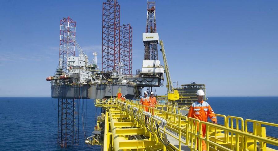 Oliepriserne faldt tirsdag, efter at en rapport viste at Opec-landenes produktion nåede sit højeste i år i juli måned. Tabet var dog begrænset da bekymringer omkring udbud stille og roligt forsvandt.