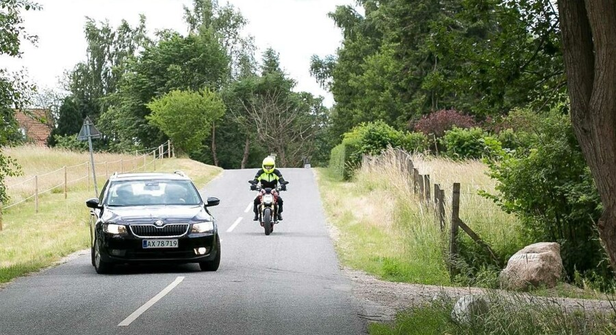 En typisk motorcykelulykke: motorcyklisten opdager for sent, at en bilist skal svinge til venstre. For høj fart er en faktor i mange af ulykkerne.