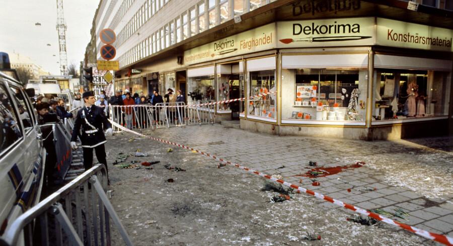 Svensk politi ved afspærringen på Sveavägen i Stockholm morgenen efter drabet på Olof Palme den 28. februar 1986. Nu sætter et svensk magasin navn på hans drabsmand. Scanpix/-/arkiv
